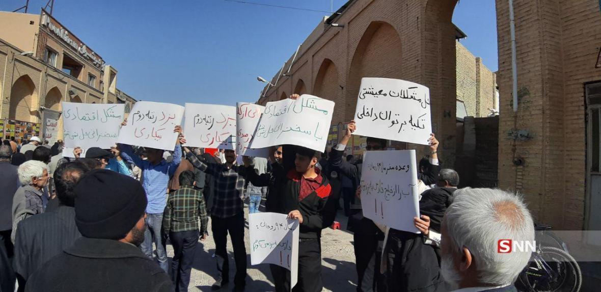 دولت روحانی وقت خود را در مذاکره با غربی ها به خیال رفع تحریم ها گذراند