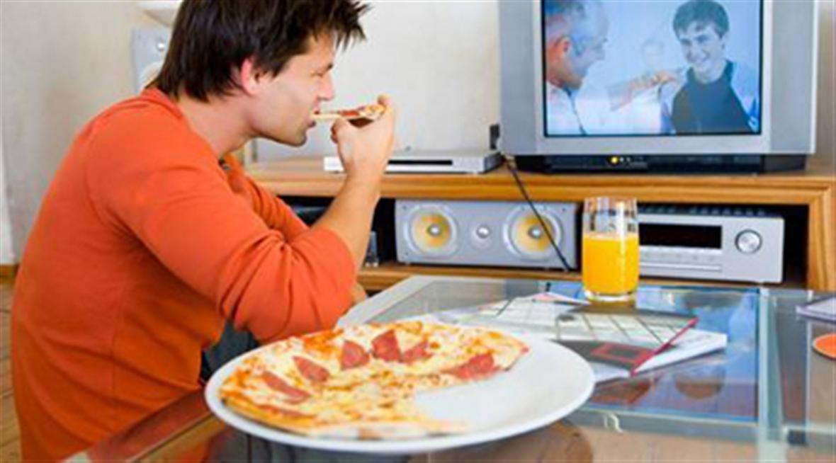 جلوی کامپیوتر یا تلویزیون غذا نخورید